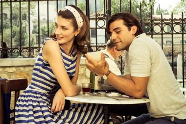 『ギリシャに消えた嘘』 ライダル(オスカー・アイザック)は観光客の女の子から小銭をちょろまかす。