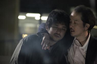 『恋人たち』 アツシ(篠原篤)は浮かれている周囲と馴染めない。『ぐるりのこと。』の主役リリー・フランキーも顔を出す。