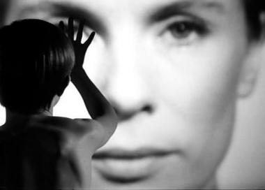 『仮面/ペルソナ』 冒頭の映像の断片は意味不明だがインパクトがある。音楽は派手な武満徹風。