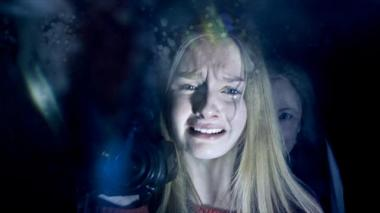 シャマラン 『ヴィジット』 鏡を見るとレベッカの後にはおばあさんが……。レベッカは幽霊ではなかったらしい。