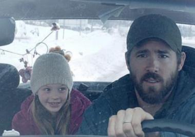 アトム・エゴヤン 『白い沈黙』 マシュー(ライアン・レイノルズ)は娘のキャスを乗せて家路を行くのだが……。