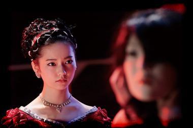 『劇場霊』 舞台で人形と共演する沙羅(島崎遥香)。ドレスが似合っていたと思う。