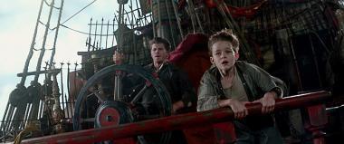 『PAN ~ネバーランド、夢のはじまり~』 ピーター(リーヴァイ・ミラー)とフック船長(ギャレット・ヘドランド)のふたり。このころは仲がよかったという設定。