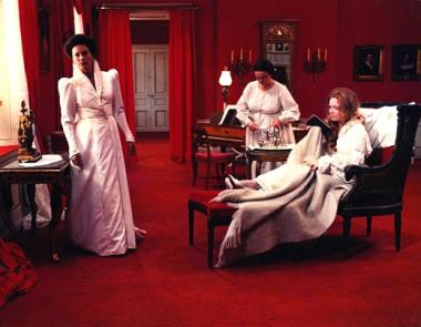 ベルイマン作品 『叫びとささやき』 ビビッドな赤が部屋のほとんどを覆っている。