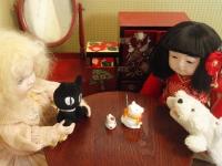 小さな三毛猫と小さな白い犬