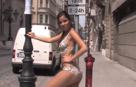 スレンダー美女がボディペイントして街中徘徊