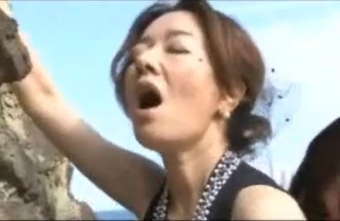 「真梨邑ケイ」美熟女野外ファック