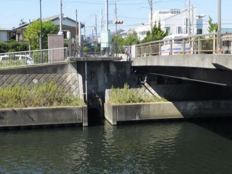 作橋右岸の雨水吐口ゲート