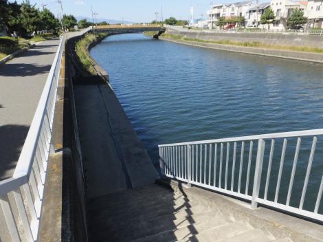 稲荷橋下流の階段