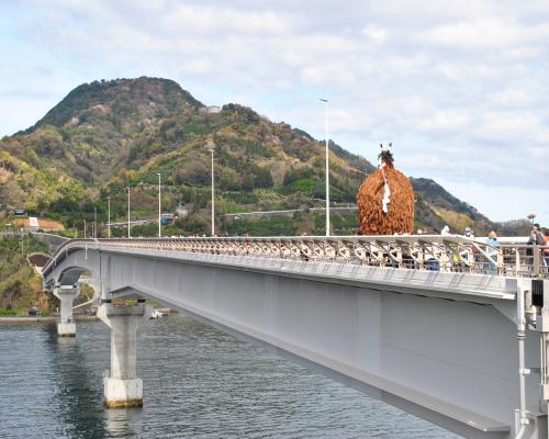 橋を渡る牛鬼