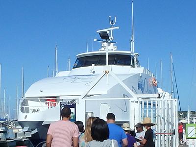 アメデ島へ行く船