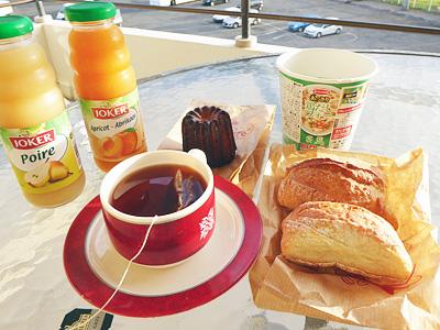 朝ごはんはパンとジュース