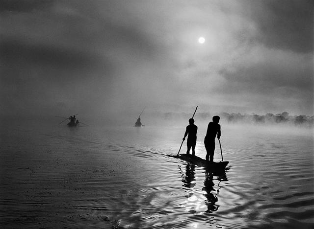 bw シングー地域で釣りをするワウラ・インディアン, ブラジル 2005