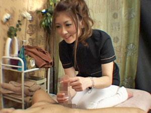 エロ過ぎる回春マッサージの素人妻がチンポを弄ってるとオマンコが疼いてしまい、チンポをオネダリする姿を盗撮!