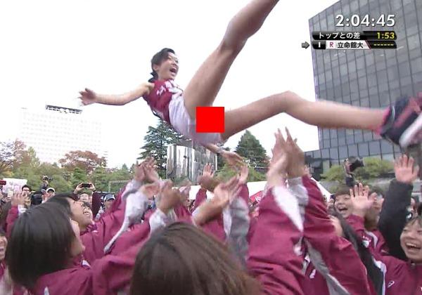 (※速報※)全JAPAN大学女子駅伝トップ選手が胴上げされ短パンの隙間から『具』がマル見えにwwwwwwwwwwwwww(モザ無写真あり)