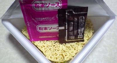 3/14発売 デカヤキ ソース焼そば からしマヨネーズ付(内容物)