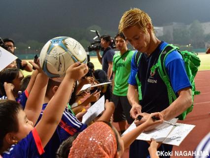 【画像】本田圭佑、シンガポールでのファンサでも現地の子どもに大人気!