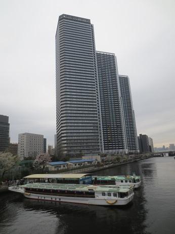 屋形船と高層ビル