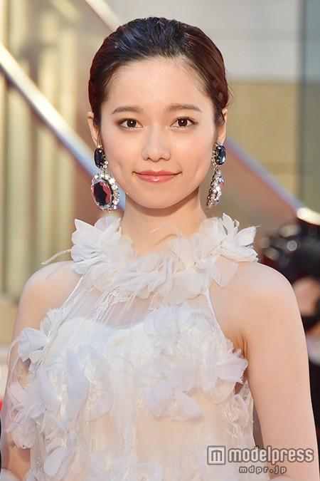 島崎遥香、上品な白羽根ドレスで魅了 「ぱるる」と大歓声に包まれる