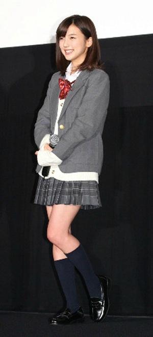 真野恵里菜さんの制服姿
