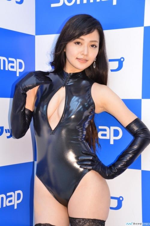 山口愛実、フロントジッパー水着で「おっぱいが自由に出し入れできちゃう」