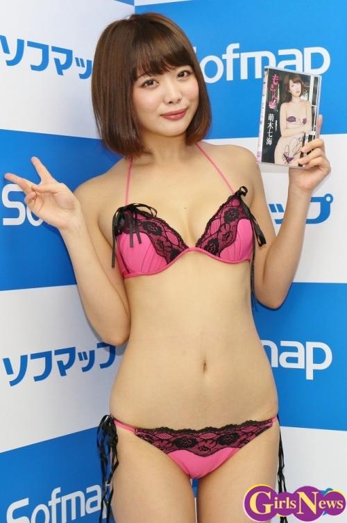 唇が魅力的なぺったんこ娘 萌木七海(22)がソフマップ