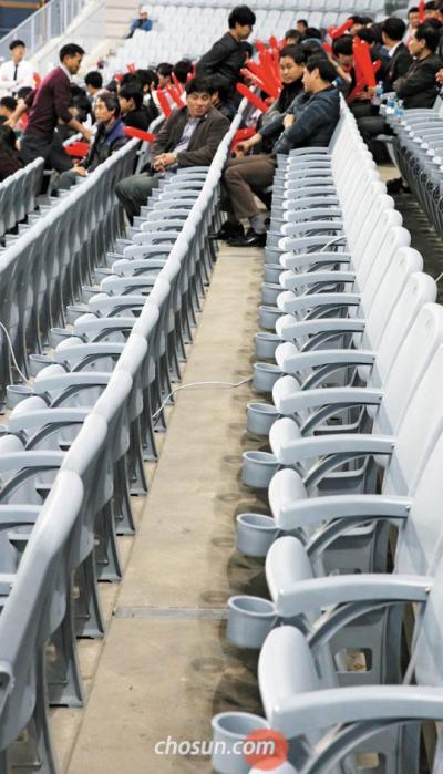 ドーム球場 長い座席列