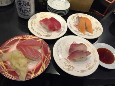 160124元祖寿司吉祥寺サンロード店まぐろ、サーモン、はまち各100円、サービスとろ90円