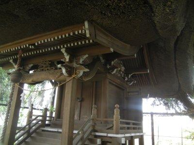 藁葺きの古い社殿