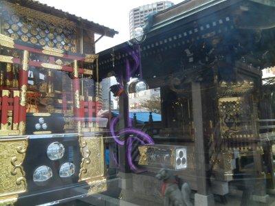 ガラス張りの新神輿庫