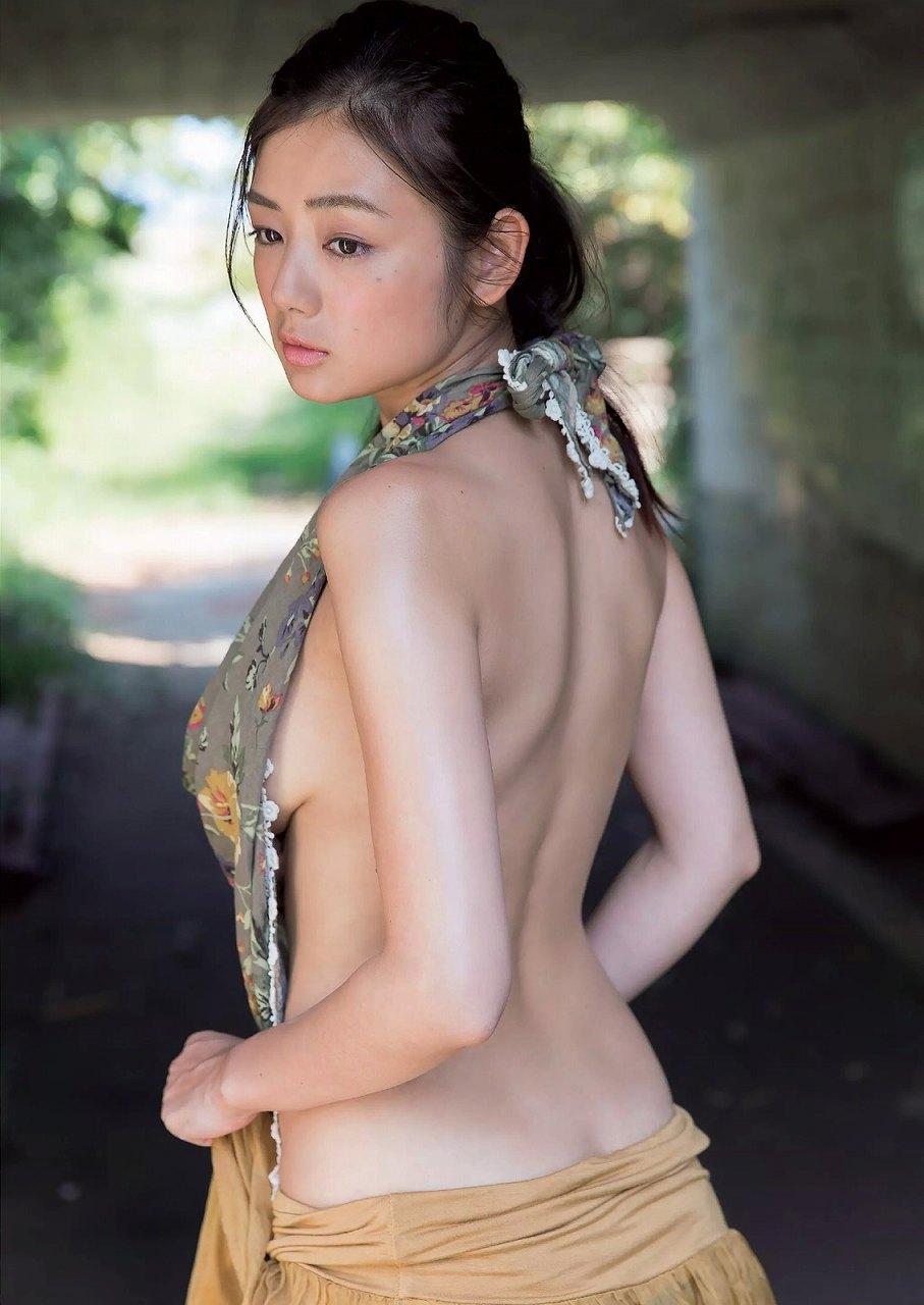 『週刊プレイボーイ』41号、片山萌美のグラビア
