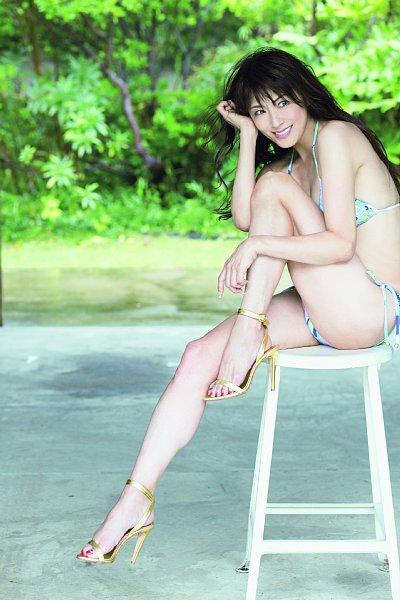 「奇跡のアラフィフ」山田佳子のビキニ水着グラビア