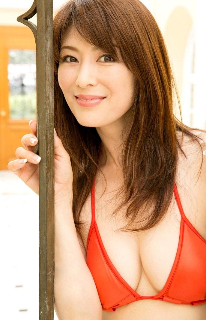 胸の谷間、美魔女の山田佳子