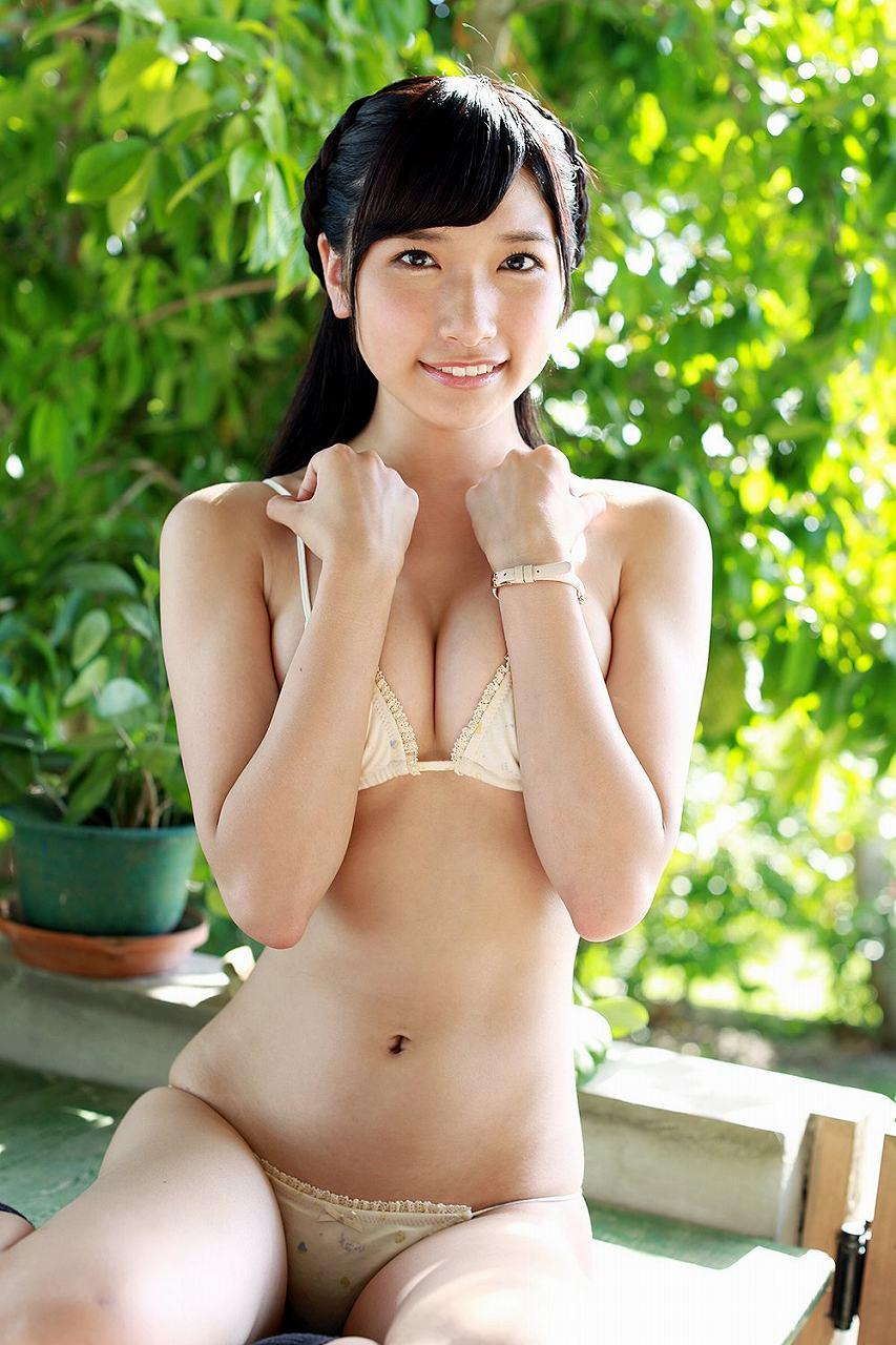 元AKB48・森川彩香の水着グラビア