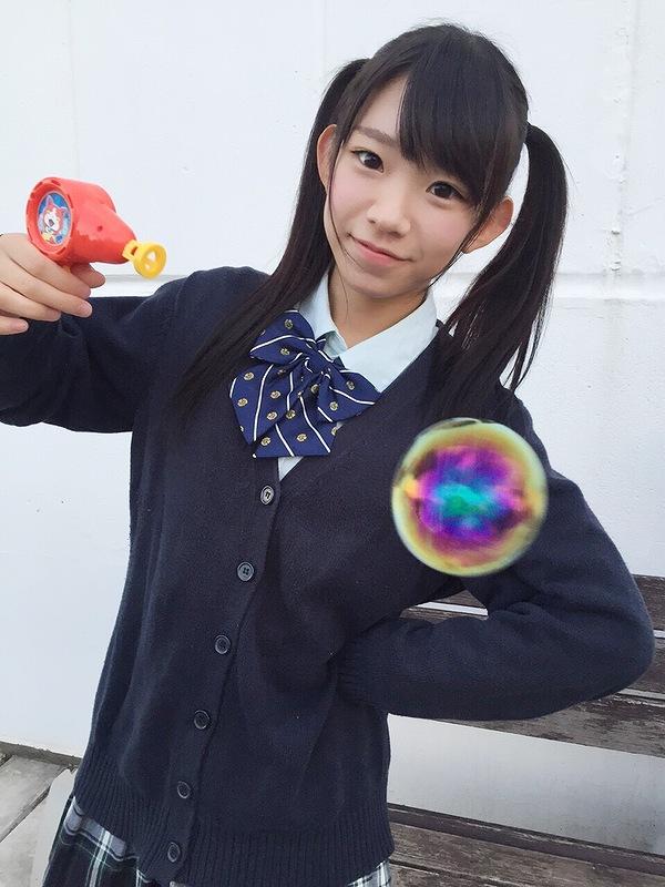 制服を着た長澤茉里奈