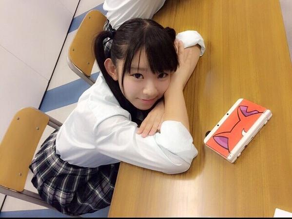 制服姿の長澤茉里奈