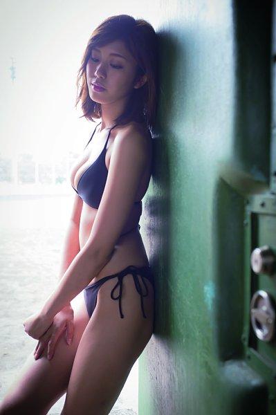 ビキニ姿でバットを振る美人女子大生、稲村亜美の水着グラビア