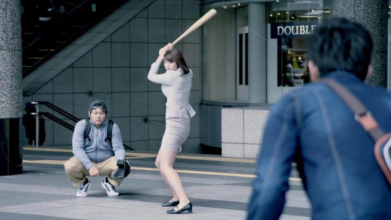 トヨタ「G's Baseball Party」のCMでのバットを振る稲村亜美