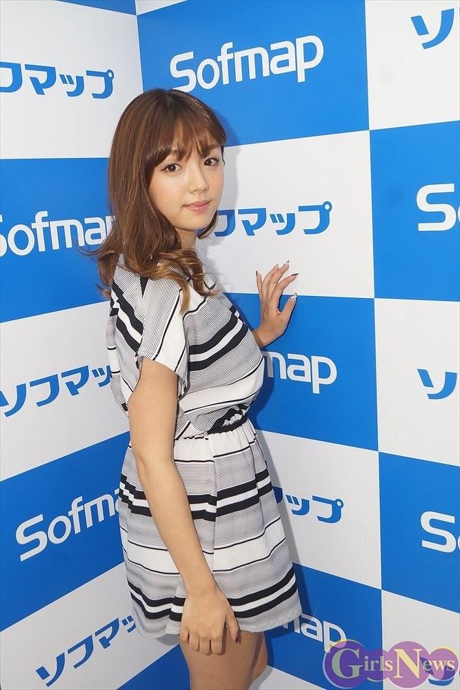 DVD『Reality』の発売記念イベントでソフマップに登場した篠崎愛