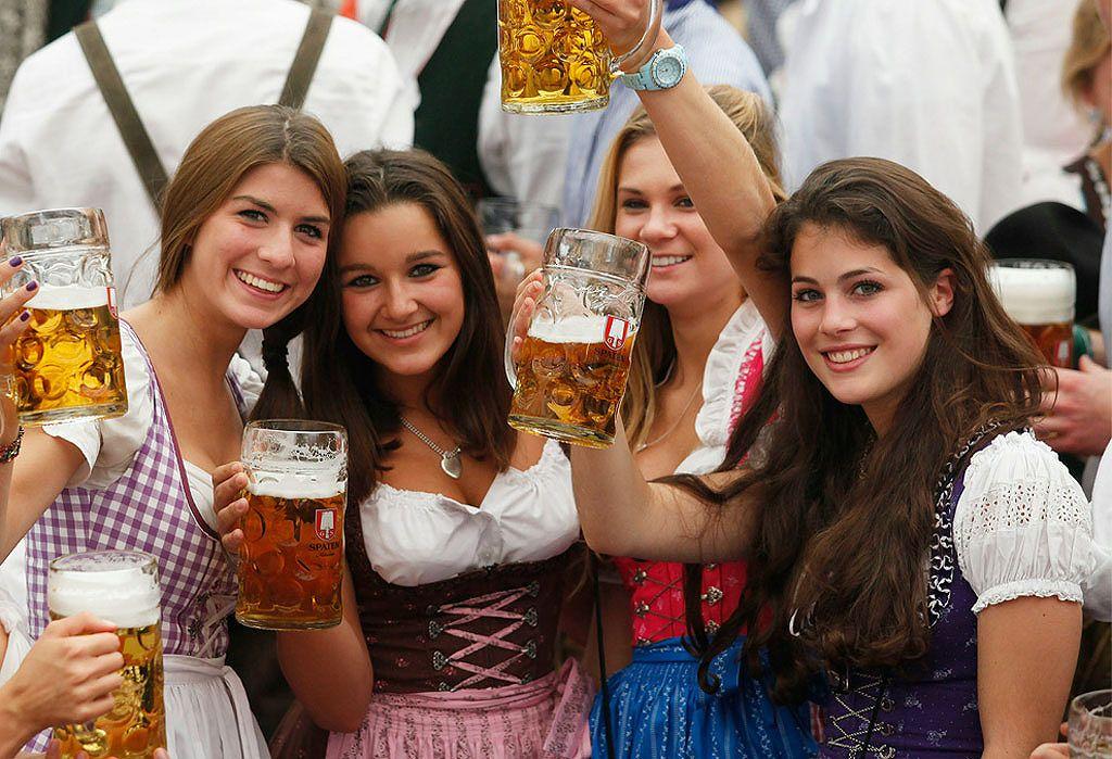 ドイツビール祭り(オクトーバーフェスト)でおっぱい半分出してビールを飲むドイツ女