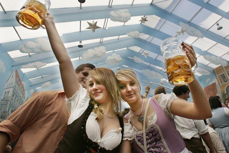 ドイツビール祭り(オクトーバーフェスト)でおっぱい半分出してるドイツ女