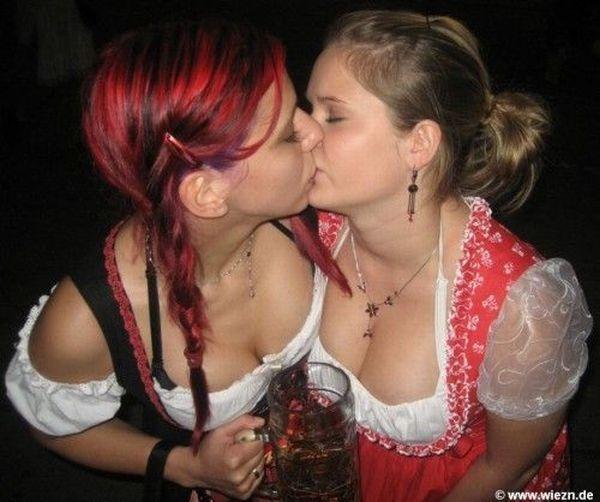 ドイツビール祭り(オクトーバーフェスト)で女同士キスしまくるドイツ女子