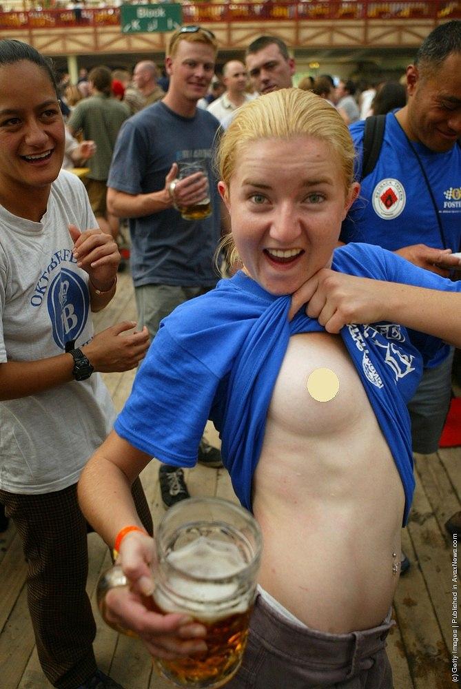 ドイツビール祭り(オクトーバーフェスト)でおっぱい丸出しにしているドイツ女
