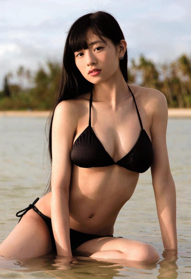 「フェアリーズ」のボーカル、伊藤萌々香の写真集「MOMOKA」画像
