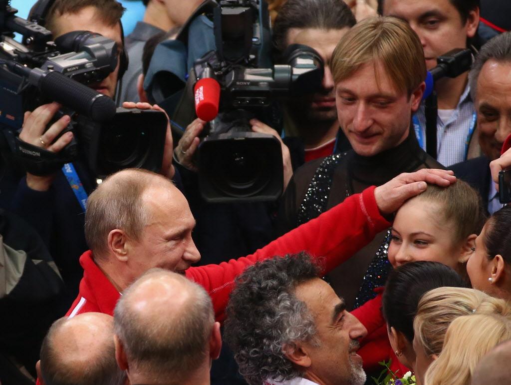 ユリア・リプニツカヤの頭を撫でるプーチン