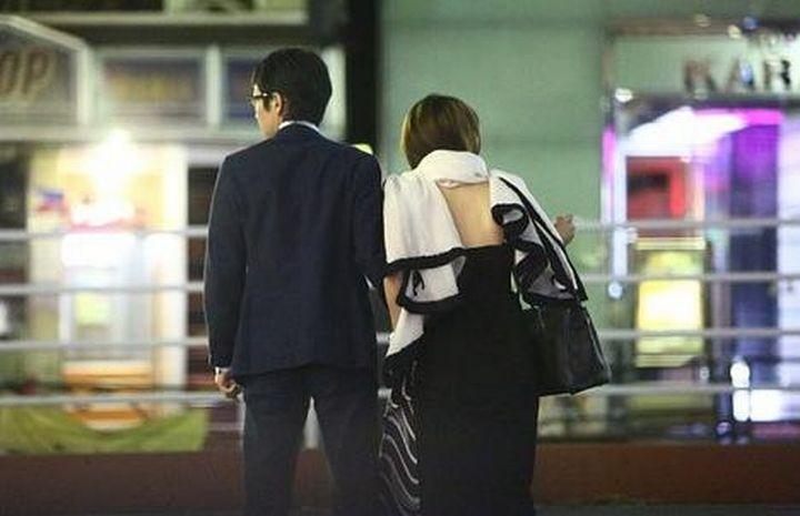 「女性セブン」が撮った武豊と美馬怜子の手つなぎデート