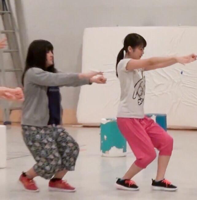 ダンスの練習をするモーニング娘。の鈴木香音と野中美希