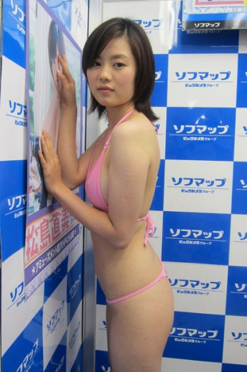 DVD「恋のメモランダム」の発売記念イベントでTバック透け透け水着を着てソフマップに登場した松島直美