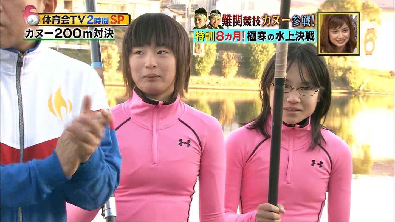 カヌーをするためにウェットスーツを着た女の子の着衣おっぱい