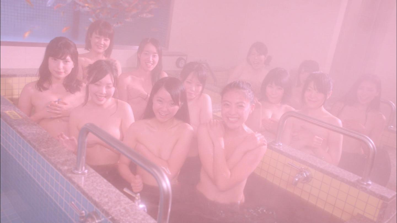 ドラマ「監獄学園 プリズンスクール」の入浴シーン、女子高生の手ブラおっぱい